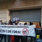 """Vecinos de Entença 151 empapelan la sociedad inmobiliaria que los quiere expulsar: """"¡Especuladores fuera del barrio!"""""""