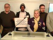 Montse Castañé, con trabajadores despedidos, en el Parlament foto: Cos Nacional