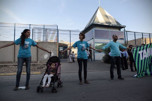 Entitats pel tancament dels CIE denuncien que un intern va estar 30 hores incomunicat durant la seva deportació