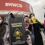 Protestes a les portes del Mobile World Congress contra l'ús de tòxics en la fabricació dels telèfons