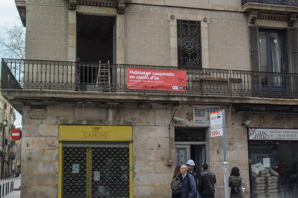 Façana de l'edifici de cohabitatge al carrer Princesa, 49 de Barcelona foto Tomeu Ferrer