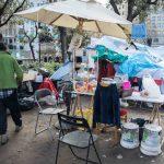 L'acampada dels sense sostre de plaça Catalunya manté el pols amb l'Ajuntament de Barcelona