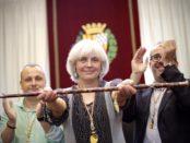 Dolors Sabater el dia del seu nomenament, flqunquejada per Àlex Mañas (ICV) i Oriol Lladó, (ERC) amb els que governa n foto: Guanyem Badalona