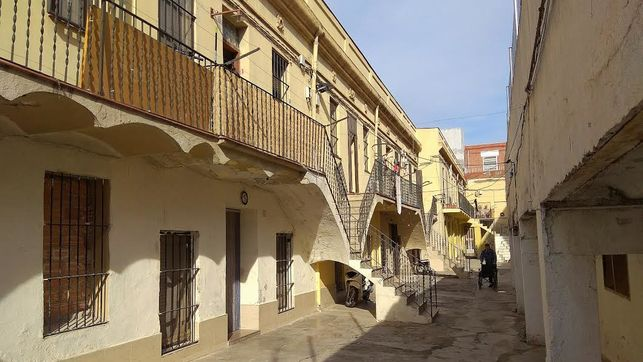 """La especulación amenaza una de las últimas colonias industriales de Barcelona: """"Aquí vivimos en comunidad, y queremos seguir haciéndolo"""""""