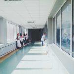 Violències en mirall, dues veus de dones professionals de la salut