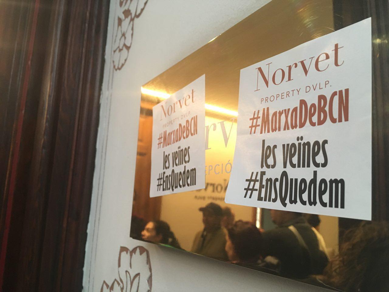 Ocupan las oficinas de Norvet para reclamar que detengan el desahucio de un vecino de Poble Sec