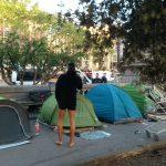 L'Ajuntament de Barcelona desallotja els dos campaments de plaça Catalunya abans de Sant Jordi
