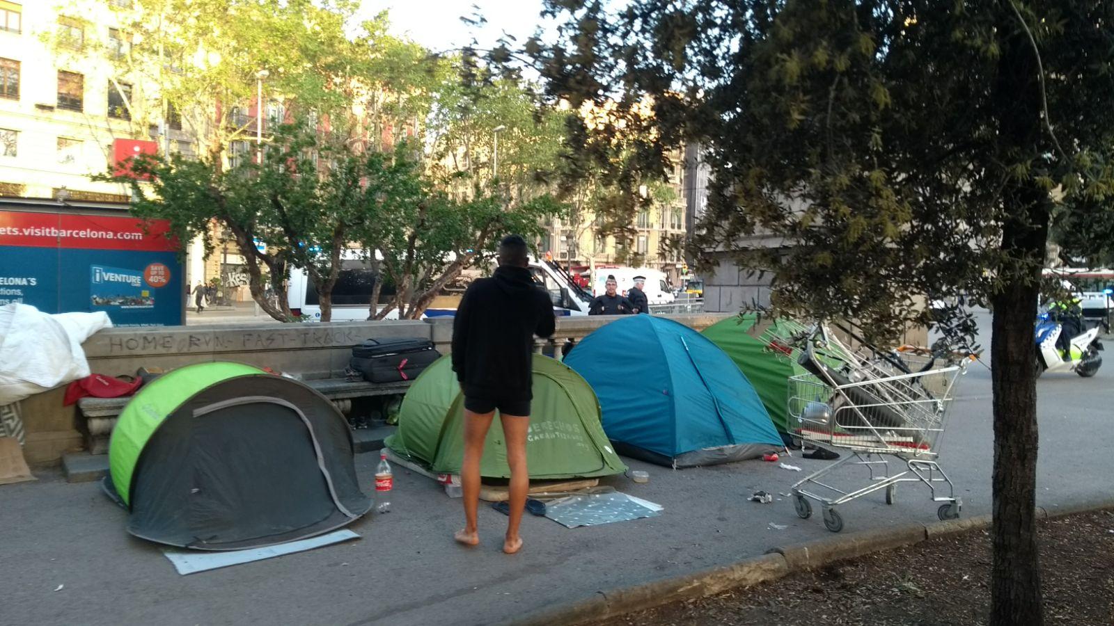 El Ayuntamiento de Barcelona desaloja los dos campamentos de plaza Catalunya antes de Sant Jordi