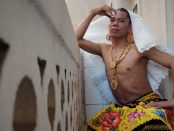 Lukas Avendaño, artista muxe mexicano, vestido con la indumentaria de la performance Buscando a Bruno | SANDRA VICENTE