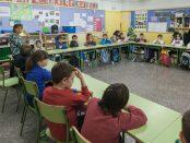 Una classe de primària amb presència d'una vetlladora / ENRIC CATALÀ