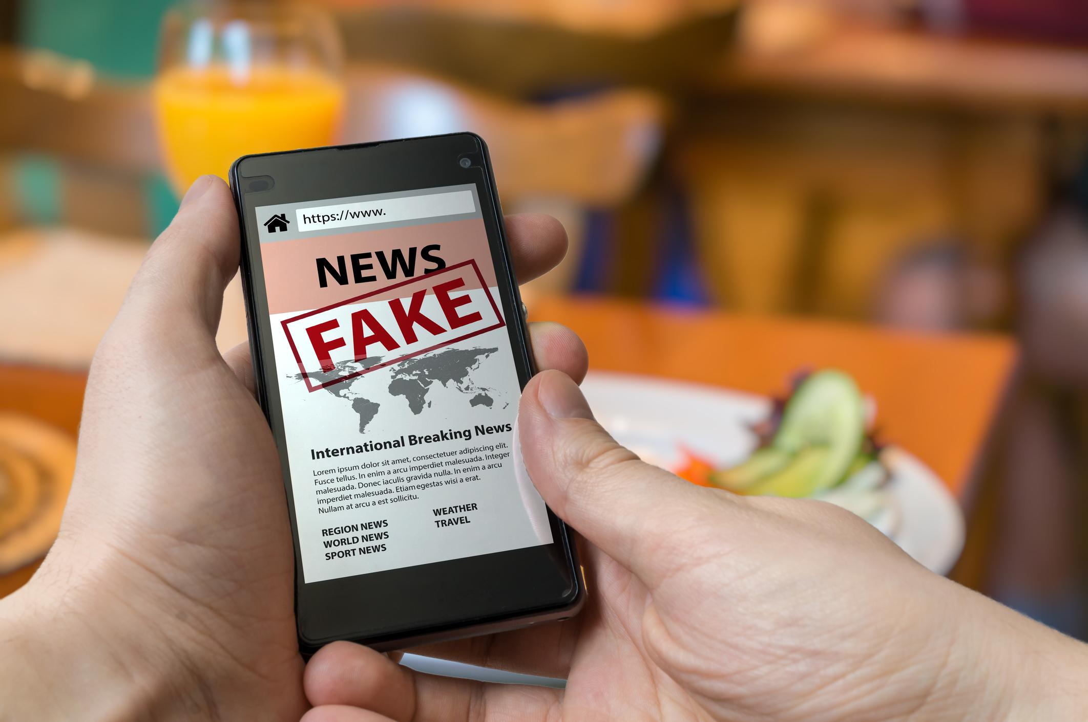Seis 'fake news' que han calentado este agosto y tal vez te has perdido (o creído)