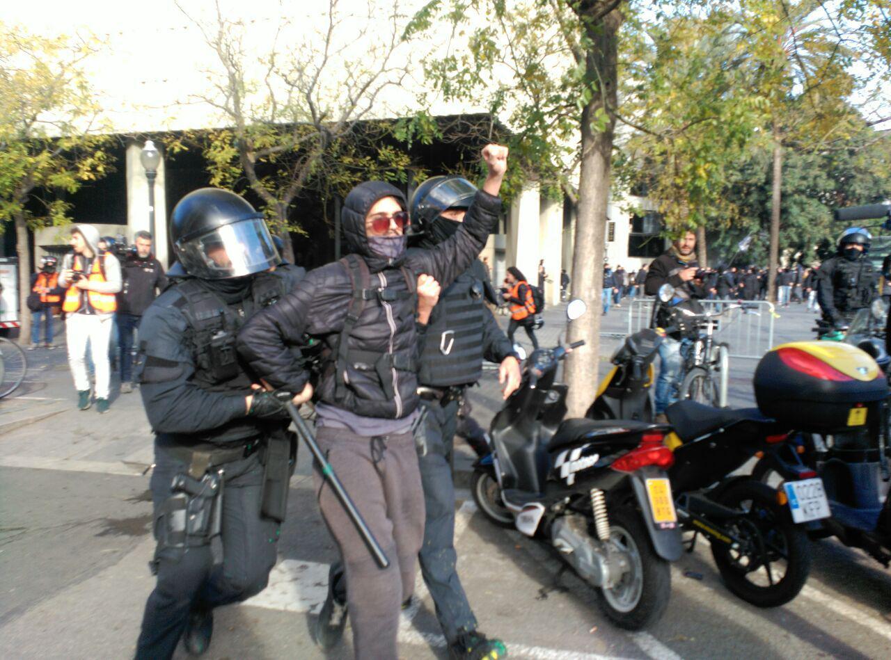 Detenció d'un manifestant a prop de Drassanes  foto: Carla Benito