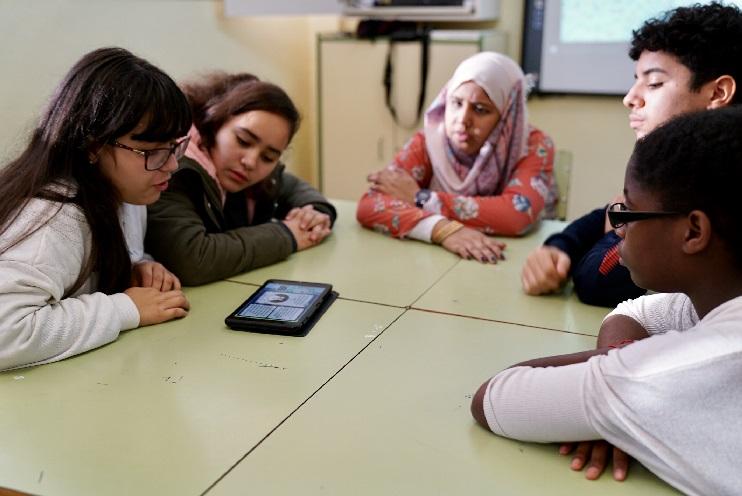 Alumnos probando el juego Misión Internet Sin Trolls (MIST) |  Foto: Ayuntamiento de Barcelona