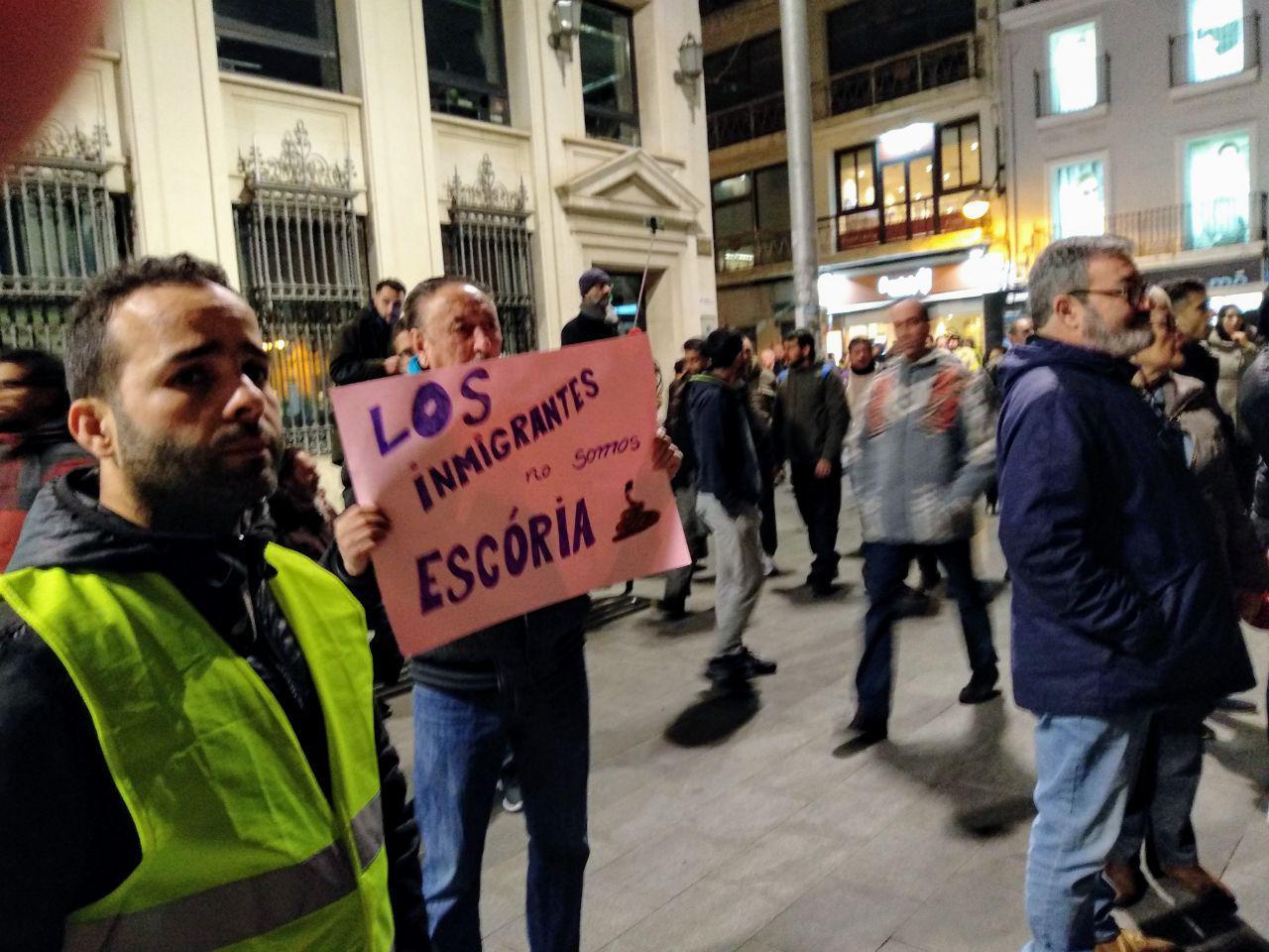 Manifestants de Sant Roc a la plaça de la Vila de Badalona foto: Tomeu Ferrer